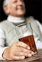 Man Holding Beer    Stock Photo - Premium Royalty-Freenull, Code: 600-01123743