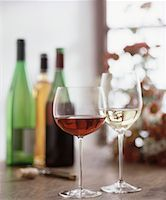 Glasses of red and white wine, wine bottles in background Stock Photo - Premium Royalty-Freenull, Code: 659-01850073