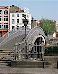 Halfpenny bridge over the River Liffey, Dublin, Eire (Republic of Ireland), Europe