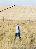 man urinating along the side of road Stock Photo - Premium Royalty-Freenull, Code: 640-02952755