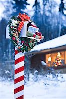 Mailbox decorated for Christmas with wreath and candy cane striped post in front of log home in Fairbanks, Alaska                                                                                        Stock Photo - Premium Rights-Managednull, Code: 854-02955854
