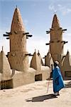 Mali,Niger Inland Delta. Dwarfed by minarets,the imam of Kotaka Mosque calls the faithful to prayers from the roof of the mosque. Stock Photo - Premium Rights-Managed, Artist: AWL Images, Code: 862-03364269