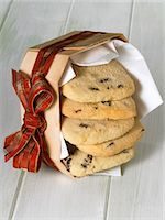 Raisin shortbread in a woodchip basket with ribbon Stock Photo - Premium Royalty-Freenull, Code: 659-03531892