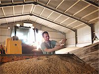 Farmer with a sample of grain Stock Photo - Premium Royalty-Freenull, Code: 649-03622450