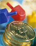 Dreidels and chocolate gold coins, close-up Stock Photo - Premium Royalty-Free, Artist: Mark Burstyn, Code: 6106-05474340
