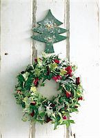 Wreath of green and red hedera with Xmas ornament Stock Photo - Premium Royalty-Freenull, Code: 6106-05492406