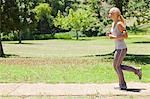Side view of a female young jogger Stock Photo - Premium Royalty-Free, Artist: Ascent Xmedia, Code: 6109-06004311