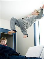 people falling - boys jumping on the bed Stock Photo - Premium Royalty-Freenull, Code: 640-06050937