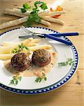 Bacon-wrapped meat patties with shrimp sauce and asparagus Stock Photo - Premium Royalty-Freenull, Code: 659-06184484