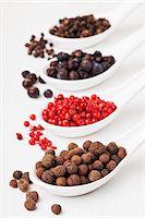 pimento - Allspice berries, pink pepper, juniper berries, black peppercorns on sppons Stock Photo - Premium Royalty-Freenull, Code: 659-06307408