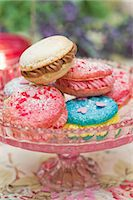 food - Macaroons filled with buttercream on a cake stand Stock Photo - Premium Royalty-Freenull, Code: 659-06671401