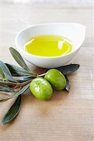 close-up of small bowl with olive oil, olive twig and fresh olives Stock Photo - Premium Rights-Managednull, Code: 700-06899810
