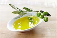 close-up of small bowl with olive oil, olive twig and fresh olives Stock Photo - Premium Rights-Managednull, Code: 700-06899812