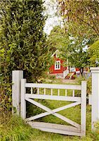 stockholm - Wooden gate with red cottage in background Stock Photo - Premium Royalty-Freenull, Code: 6102-06965435