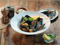 Fresh mussels with garlic, chillies, white wine, parsley and tomato sauce Stock Photo - Premium Royalty-Freenull, Code: 649-07520377