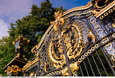 Gate at Buckingham Palace London, England    Stock Photo - Premium Rights-Managed, Artist: Jeremy Woodhouse, Code: 700-00195772