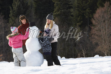 Family Making Snowman    Stock Photo - Premium Royalty-Free, Artist: Masterfile, Code: 600-01248339