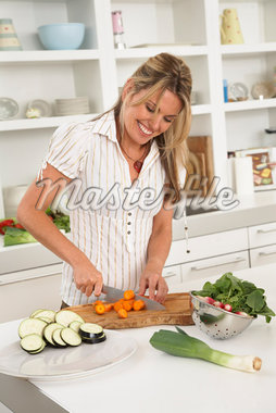 Woman in Kitchen, Preparing Food    Stock Photo - Premium Royalty-Free, Artist: Masterfile, Code: 600-01616949