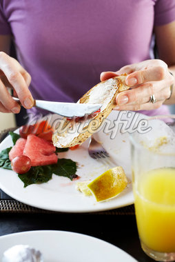 Spreading Jam on Toast    Stock Photo - Premium Royalty-Free, Artist: John Cullen, Code: 600-02081631