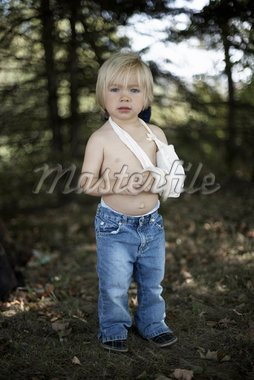 Boy with Broken Arm    Stock Photo - Premium Rights-Managed, Artist: Derek Shapton, Code: 700-02129072
