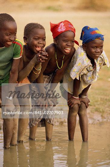 Grupo de crianças sorrindo, remar no rio Níger, Mali, África Ocidental, África Foto - Direito Controlado, Artista: Robert Harding Imagens Código: 841-02707903