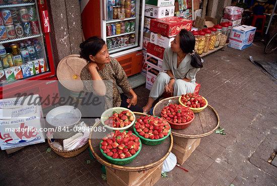 Two women street vendors selling strawberries on the pavement in Ho Chi Minh City (Saigon) in Vietnam, Indochina, Southeast Asia, Asia                                                                   Stock Photo - Direito Controlado, Artist: Robert Harding Images, Code: 841-02947085