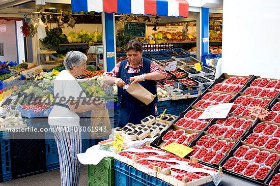 Fruit, vegetable and flower market in the Altstadt (Old Town), Dusseldorf, North Rhine Westphalia, Germany, Europe                                                                                       Stock Photo - Direito Controlado, Artist: Robert Harding Images    , Code: 841-03061943