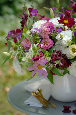 Table decoration with bunch of flower Stock Photo - Premium Royalty-Freenull, Code: 689-03131118