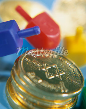 Dreidels and chocolate gold coins, close-up Stock Photo - Premium Royalty-Freenull, Code: 6106-05474340