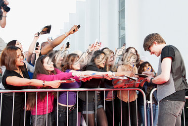 Celebrity signing autographs for fans Stock Photo - Premium Royalty-Freenull, Code: 635-05550119