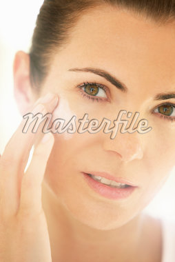 Woman Applying Moisturizing Cream on Face, Close-up view Stock Photo - Premium Rights-Managed, Artist: ableimages, Code: 822-05554577