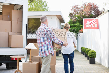 Couple unloading boxes from moving van Stock Photo - Premium Royalty-Freenull, Code: 635-05652170