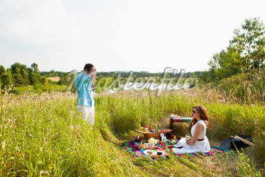 Couple having Picnic, Unionville, Ontario, Canada Stock Photo - Premium Royalty-Free, Artist: Ikonica, Code: 600-05786062