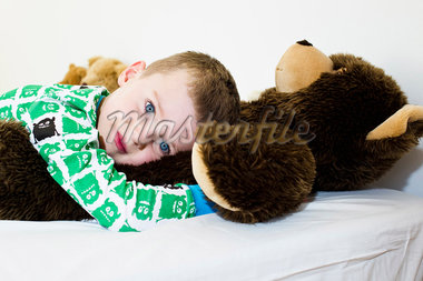 Boy hugging teddy bear in bed Stock Photo - Premium Royalty-Freenull, Code: 649-05949799