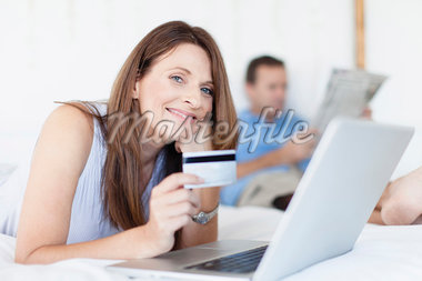 Woman shopping online on bed Stock Photo - Premium Royalty-Freenull, Code: 649-05949928