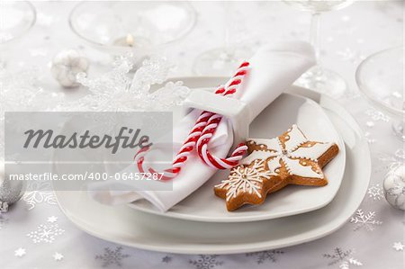 Place setting in white for Christmas with gingerbread cookie and candy cane Stock Photo - Budget Royalty-Free, Image code: 400-06457287