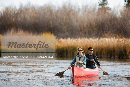 Couple Canoeing on the Deschutes River, Bend, Oregon, USA Stock Photo - Premium Royalty-Free, Image code: 600-02669364