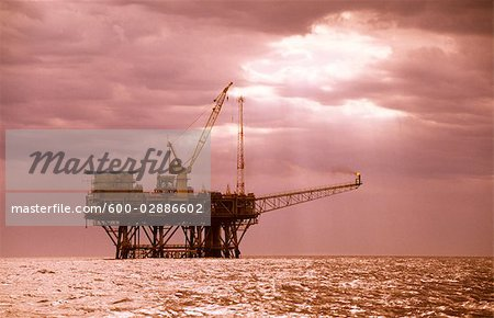 Oil & Gas Off-Shore Oil Platform Stock Photo - Premium Royalty-Free, Image code: 600-02886602