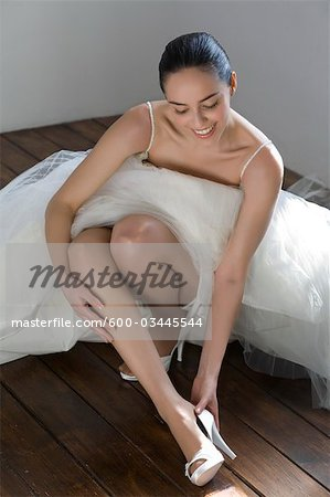 Bride Putting on Shoes Stock Photo - Premium Royalty-Free, Image code: 600-03445544