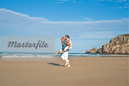 Couple on Beach, Camaret-sur-Mer, Finistere, Bretagne, France Stock Photo - Premium Royalty-Free, Image code: 600-05389151