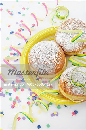 Doughnuts on Paper Plate and Streamers Stock Photo - Premium Royalty-Free, Image code: 600-05854197