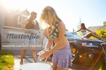 Family washing their car in the driveway of their home on a sunny summer afternoon in Portland, Oregon, USA Stock Photo - Premium Royalty-Free, Image code: 600-06531477