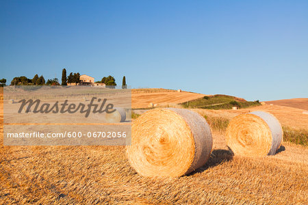 Round Hay Bales in Field with Farm Building in the Distance, Val d'Orcia, Tuscany, Italy Stock Photo - Premium Royalty-Free, Image code: 600-06702056