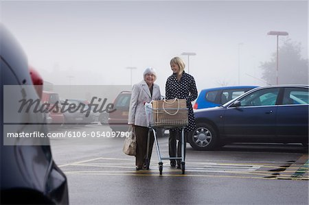 senior supermarket shopper with female volunteer Stock Photo - Premium Royalty-Free, Image code: 6106-05409790
