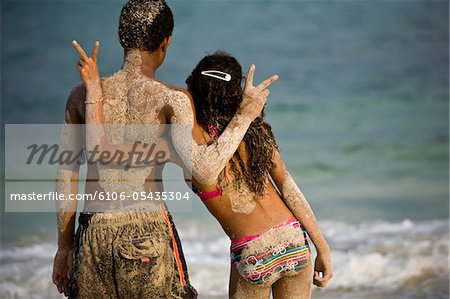 Horizontal of young kids on beach doing peace sign Stock Photo - Premium Royalty-Free, Image code: 6106-05435304