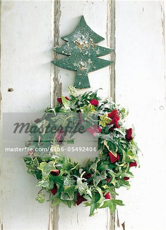 Wreath of green and red hedera with Xmas ornament Stock Photo - Premium Royalty-Free, Image code: 6106-05492406