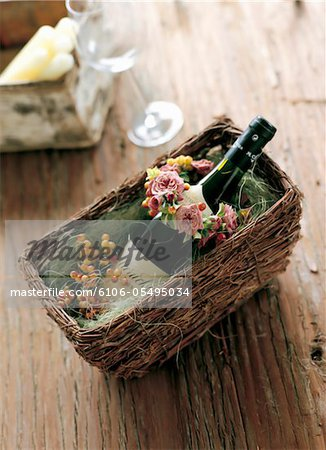 small wreath of spray rose and viburnum with wine Stock Photo - Premium Royalty-Free, Image code: 6106-05495034