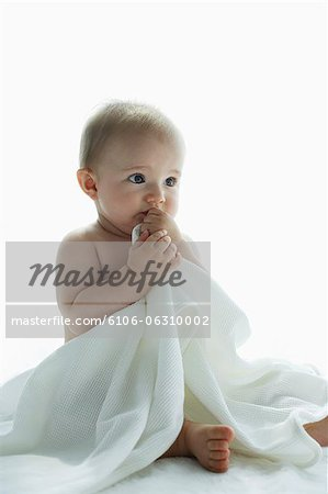 nude baby holding blanket Stock Photo - Premium Royalty-Free, Image code: 6106-06310002