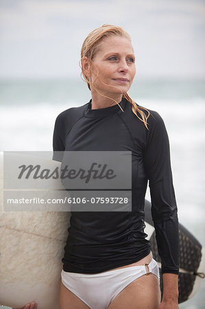 50's women surfer day at the beach Stock Photo - Premium Royalty-Free, Image code: 6106-07593728