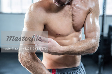 Fit man injecting steroids to arm Stock Photo - Premium Royalty-Free, Image code: 6109-08397870